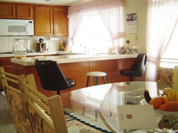 廚房吧臺與餐桌