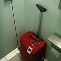 我的小紅行李箱在左營高鐵廁所