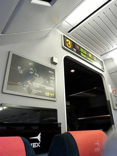 上方有個電子看板告訴你下一站是哪