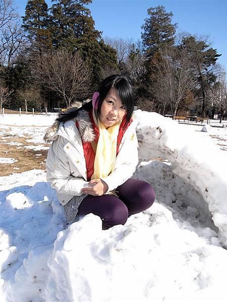 我跑去別人堆好的雪山洞拍照