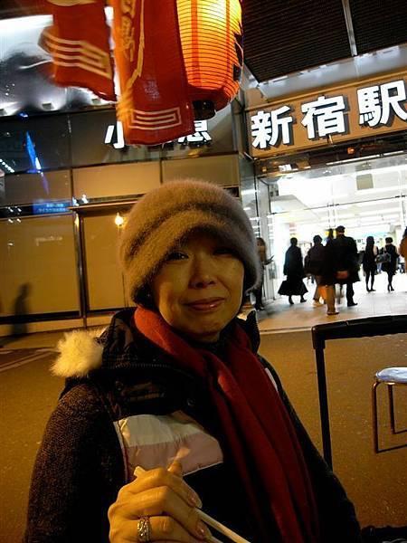 就在新宿站南口外面