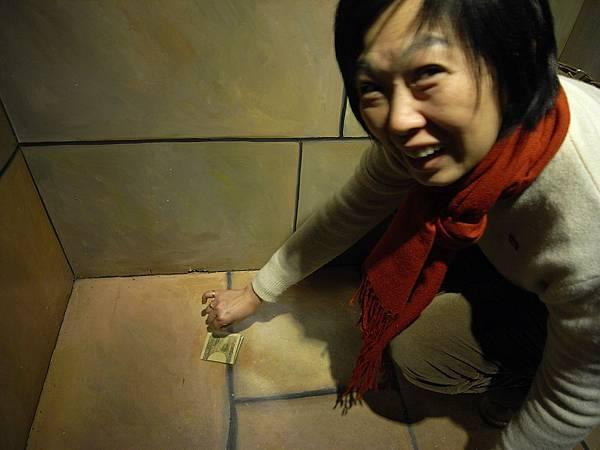 又是地上的鈔票假畫!