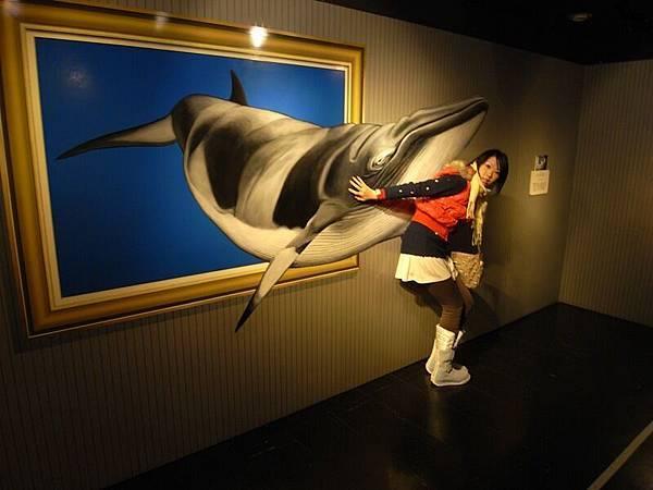 我揹著掉出來的鯨魚~但她也是平面的