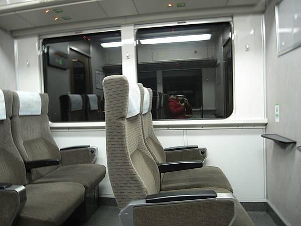 很酷!居然有頭等艙長得跟平常的地鐵不一樣!
