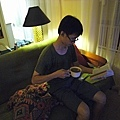 假裝在家裡看書