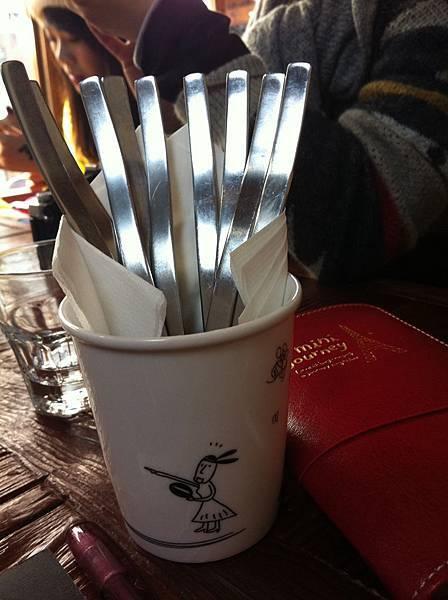放餐具的馬克杯也很可愛