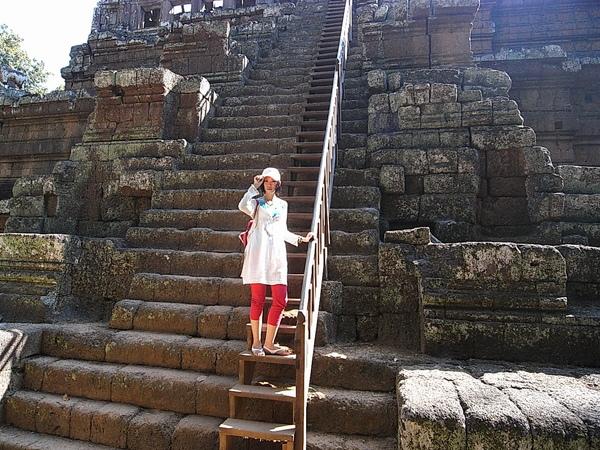 樓梯非常陡峭,呈現75度,幾乎接近垂直