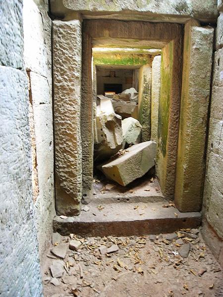 塔普倫中隨處可見傾倒的基石壘疊錯置