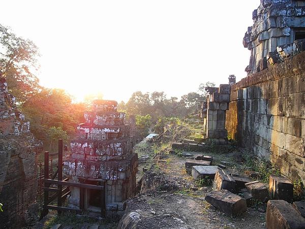 是Yasovarman I將王都遷往吳哥區域後的城市中心和國王廟的所在地