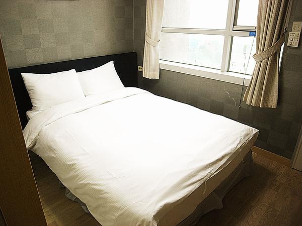 我們定不到twins bed所以就害羞的睡一起