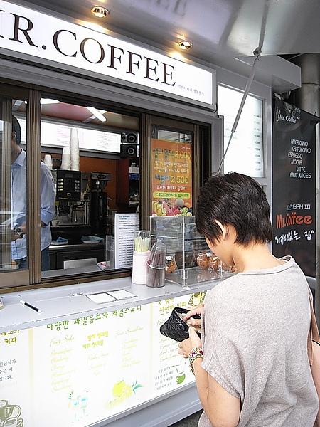 空姐買咖啡~老闆雖然不是百分百帥哥但笑容很可愛