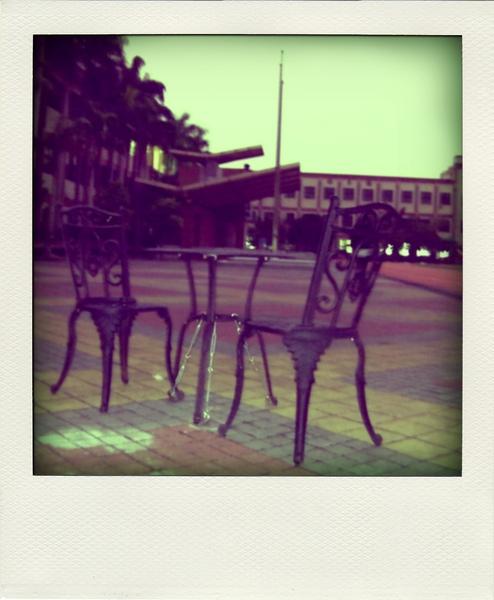 在操場放這種桌椅的意思是....?