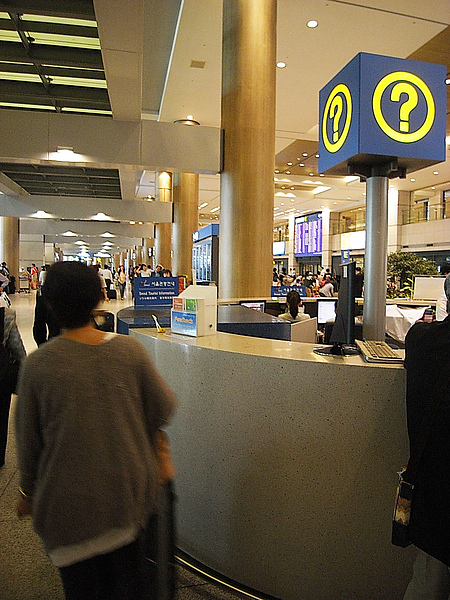 但是空姐居然把護照忘在機場....