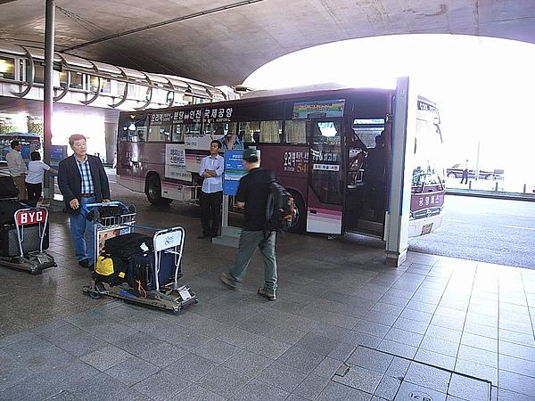機場一出來就是搭市區巴士的地方
