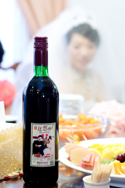 印有相片的紅酒
