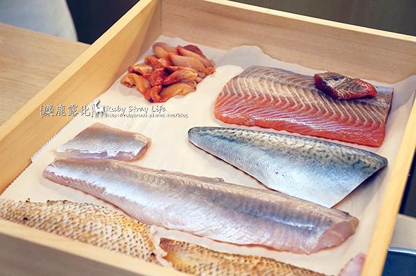 DSC04364右至左日本櫻鱒(野生鮭魚)、赤貝、鯖魚、花魚、野生赤鮭(紅喉).jpg