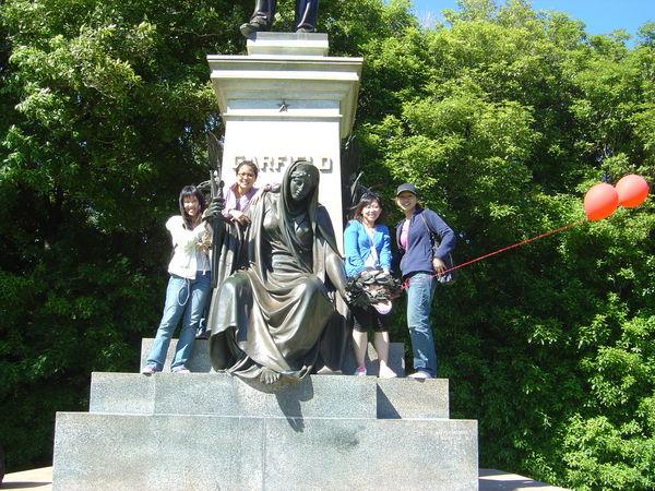 被我們爬上爬下的雕像