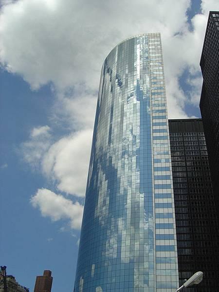 好漂亮的大樓,映著天空