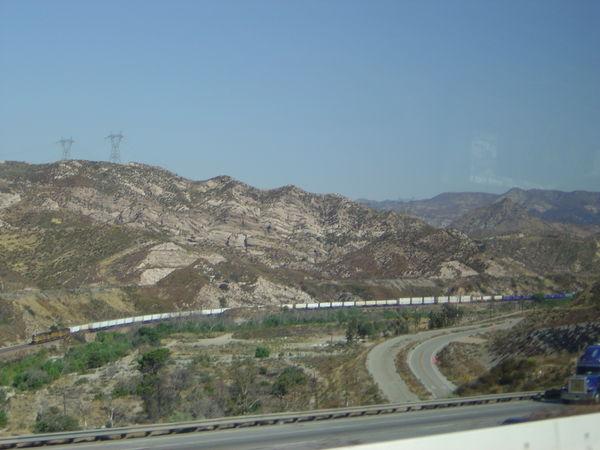 路上,美國的火車都好長啊