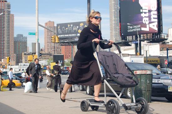 小正妹把嬰兒車當滑板車飆-1.jpg