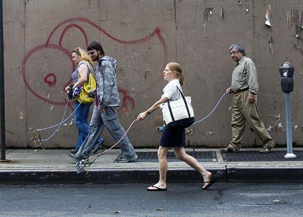 紐約街頭遛隱形狗-1.jpg