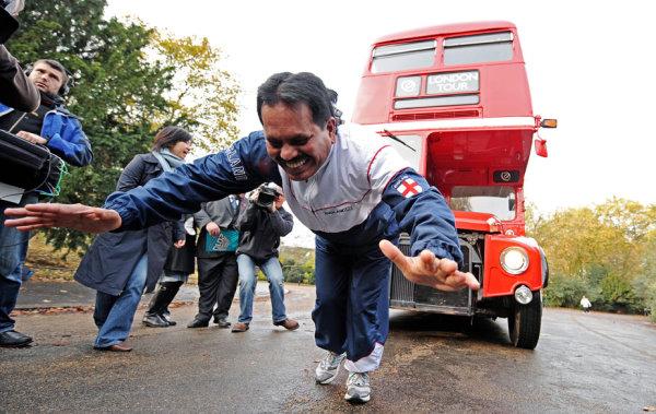 2009 用頭髮拉雙層巴士創世界紀錄-1.jpg