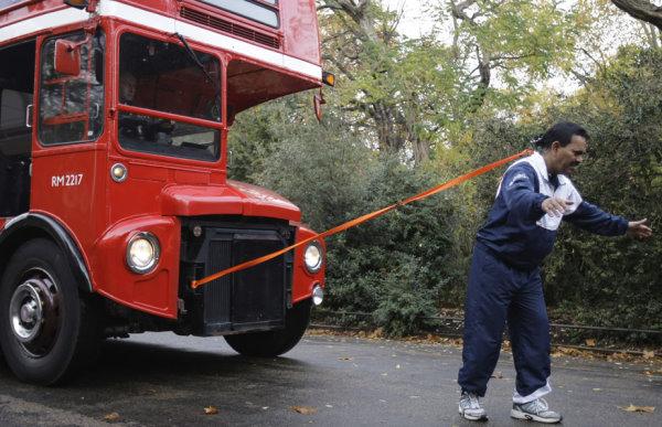 2009 用頭髮拉雙層巴士創世界紀錄-2.jpg