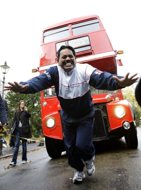2009 用頭髮拉雙層巴士創世界紀錄-3.jpg