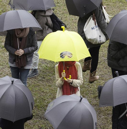 小正妹拿雨傘在看我-3.jpg