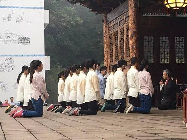 王財貴給學生辦開學典禮.JPG