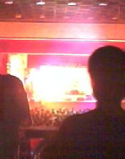 演唱會的內部(亮一點)
