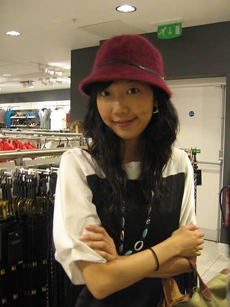 H&M內試戴帽子(要買嗎?給我點意見)