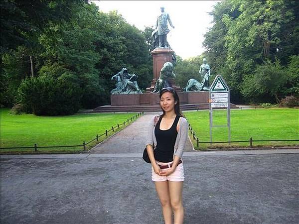 勝利女神紀念柱對面的雕塑