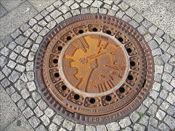 道路上的地下水道孔