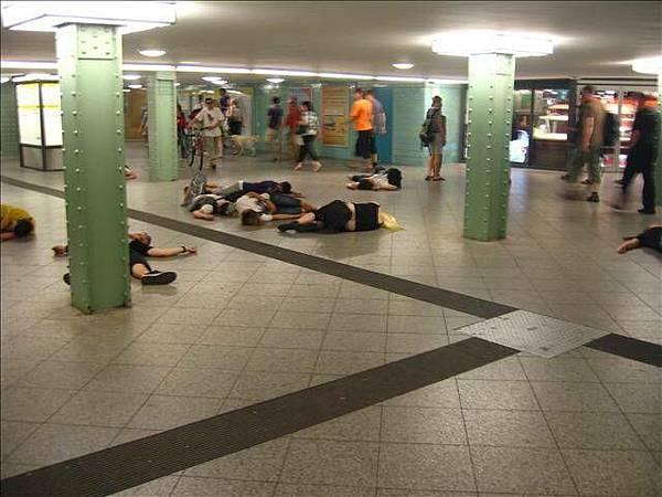 地鐵內突然倒下的藝術家們