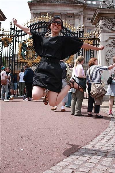 在白金漢宮前跳跳