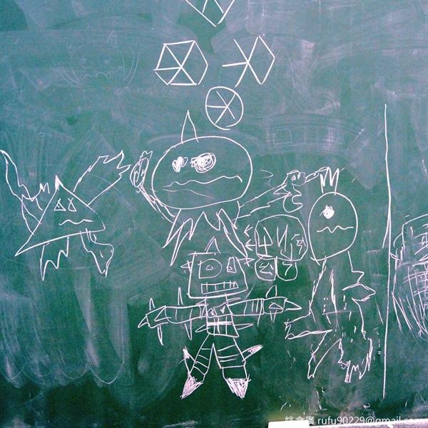 看到小朋友的黑板畫,我要懺悔一件事:「如果你以前跟我同班過,你早上進教室發現黑板被塗鴉了,那個兇手,不少次應該是我。」.jpg