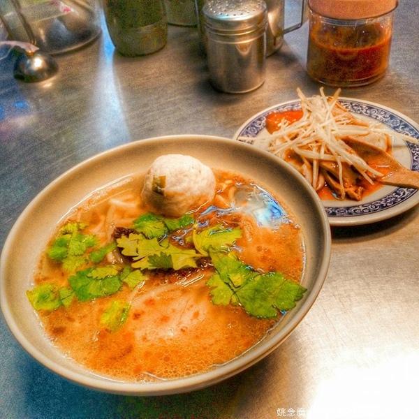 假日早餐到攤位回味。以前我住雲林和台南的時候,早上不是吃湯麵就是肉飯配湯,吃完身體暖暖的感覺,很舒服。