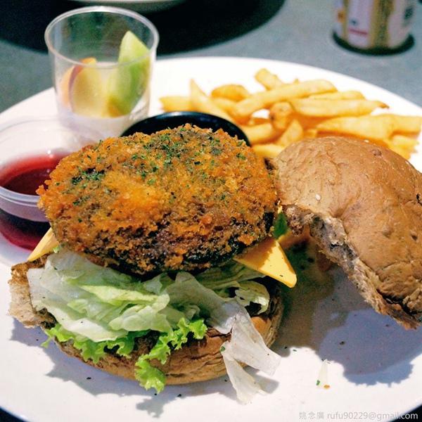 之前去蔬食店吃到的巨無霸堡,那似肉排的炸物,其實是超大片香菇!
