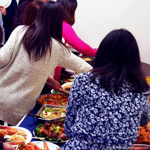今年回娘家的團圓飯走飯店Buffet路線,想吃什麼菜排隊自己夾!哈哈哈!
