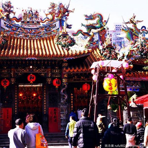 陪廣媽看完賀歲片後,去老家的廟口走春。初一的台北城市其實很冷清,除了鬧區,大概就是廟宇有人潮了,廟口現在年味的很熱鬧!雖然我沒有宗教信仰,但很喜歡身浸在這樣子的氛圍之中。