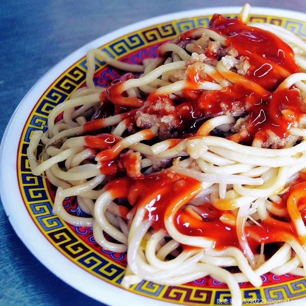剛好到了台中遊玩,剛好這兩天新聞很夯台中神級小吃「東泉辣椒醬+炒麵」,剛好路過了有賣的市場,剛好肚子餓了......