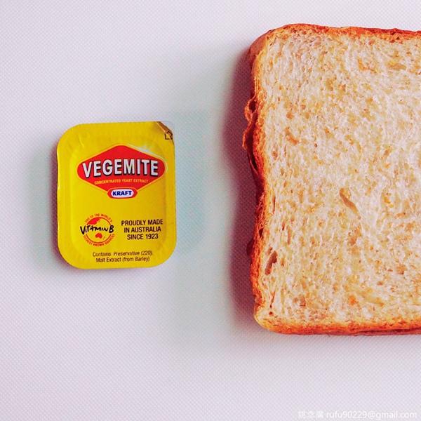 自澳洲歸來的友人送的,一種黑醬膏,聞起來像是咖啡或可可,吃起來是鹹中帶微苦,很特別,據說,吃這個,澳洲人會覺得你很入境隨俗,覺得你很道地。