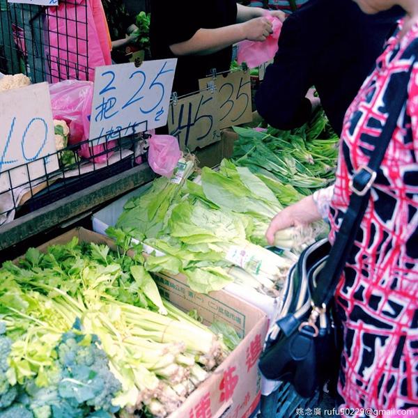 連假,陪廣媽去逛傳統市場,感受只有在菜市場裡才有的活力。
