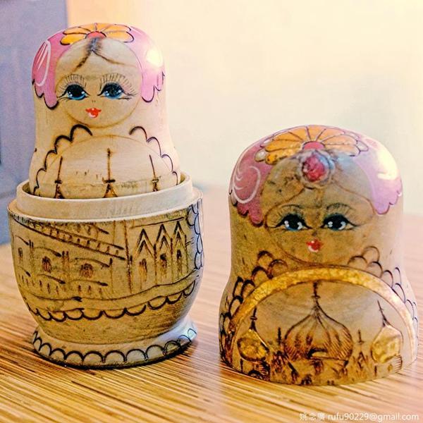 早餐店裡擺的俄羅斯娃娃,有一種魅力,異國奇幻般的吸引力,或許,對外國人來說是他們的日常景物之一,但對我來說就是特別,應該,我們自己的文化對他們來說,也是充滿了異國奇幻的吧:D