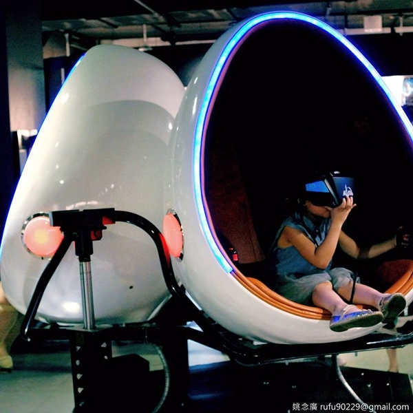 我小時候常玩搖搖車,是會放兒歌的那種,有時會遇到令人興奮的摩天輪版本!現在的小朋友也玩搖搖車,但好像更多了虛擬實境的娛樂應用......有點想上去玩耶XD