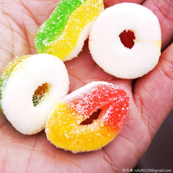 經過糖果小舖,常會去買點這糖來吃,酸鹹甜,雖然超市有賣大包且整體價位較划算,但還是,喜歡經過,然後隨意的買點來吃。