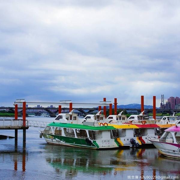 眼望大稻埕碼頭的風光,想像古早大稻埕的繁華。