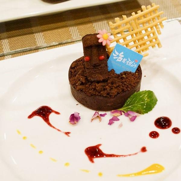復活的巨人,使用來自有巨石遺蹟的秘魯產巧克力,以似糕綿、脆皮與布朗尼三種不同口感呈現,苦甜的風味配著點著點綴的酸果醬,較不易嘴膩。
