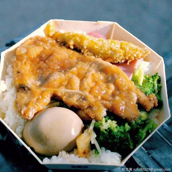 當有機會以鐵路為交通方式,常會刻意幫肚子留空間,因為想吃經典的鐵路便當,想吃菜色多的就選八角盒,只想單純回味就吃長方盒的,但主菜絕對是經典主角排骨,對個人來說的經典的記憶,總是會想再三回味。